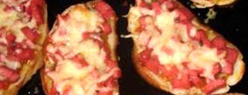 Горячий бутерброд с омлетом и сосисками